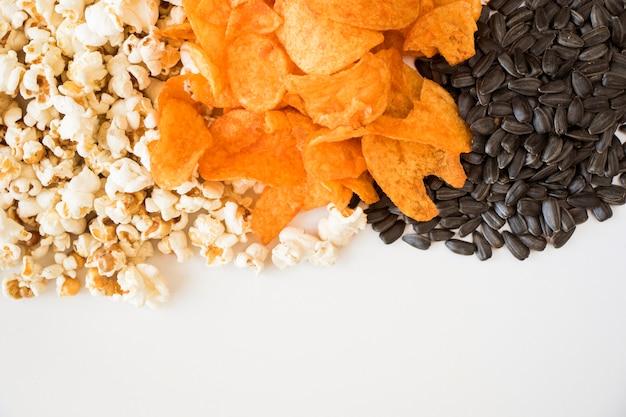 Popcorn e patatine fritte sullo sfondo bianco, inquadratura dal basso