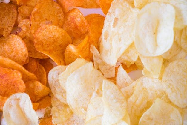 Popcorn e patatine fritte su fondo bianco