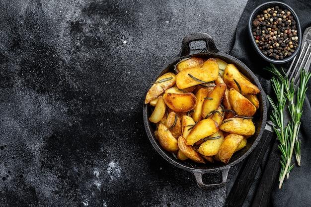 Spicchi di patate fritte, patatine fritte in padella.