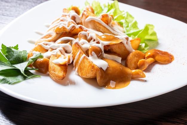 Patate fritte con funghi di miele ed erbe aromatiche. per qualsiasi scopo.