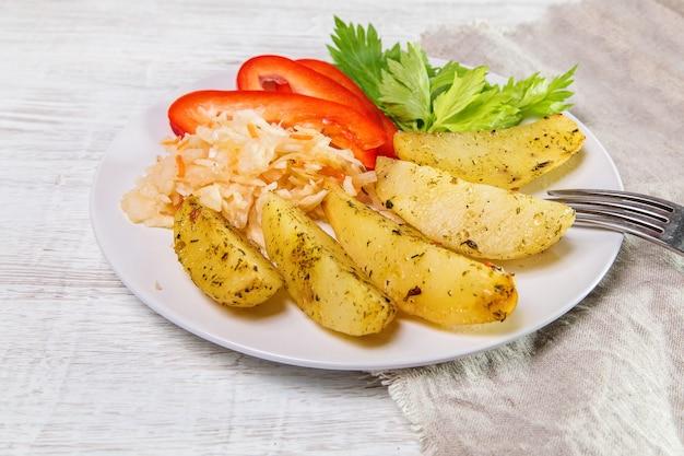 Patate fritte con crauti, peperoni dolci e sedano