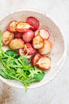 Ravanello fritto verdure fresche ricetta originale keto o paleo dieta vegetariana vegan o cibo vegetariano