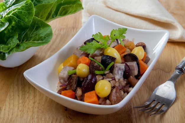Grani di riso fritto e verdure (cibo sano)
