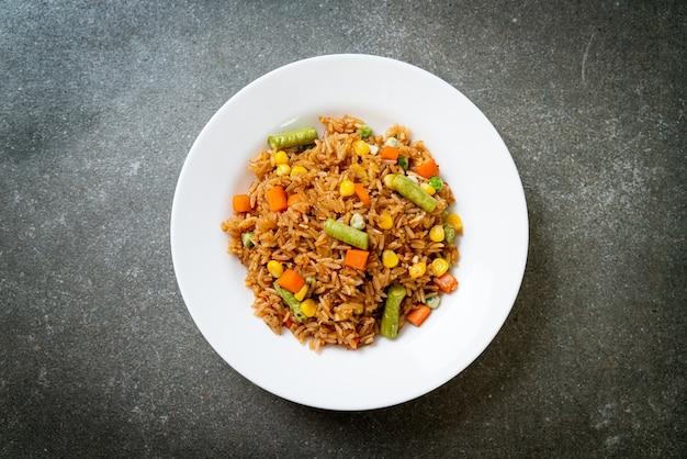 Riso fritto con piselli, carote e mais - stile di cibo vegetariano e sano