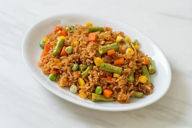 Riso fritto con piselli, carote e mais