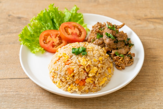 Riso fritto con carne di maiale alla griglia - stile di cibo asiatico