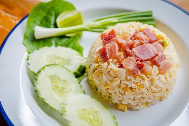 Riso fritto con carne di maiale e verdure verdi