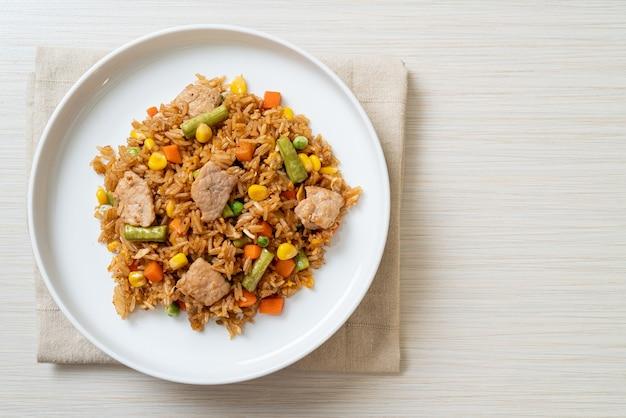 Riso fritto con carne di maiale e verdure