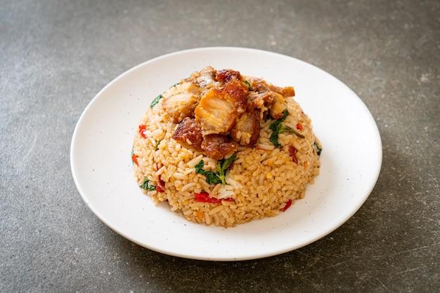 Riso fritto con basilico tailandese e pancetta croccante, in stile tailandese