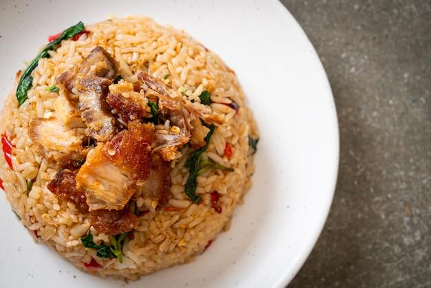 Riso fritto con basilico tailandese e pancetta croccante - stile tailandese
