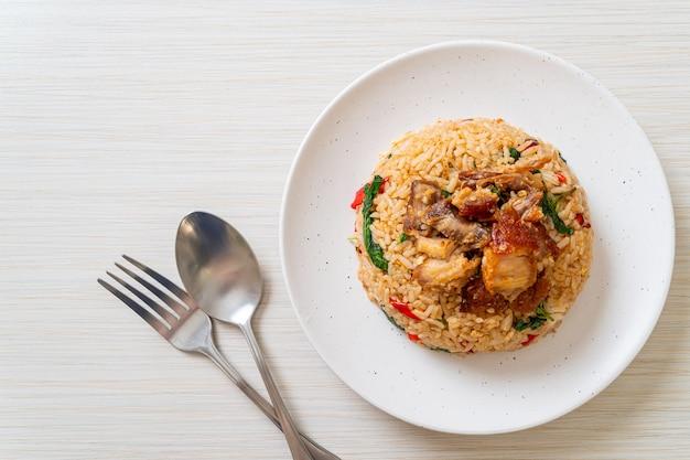 Riso fritto con basilico thailandese e pancetta croccante