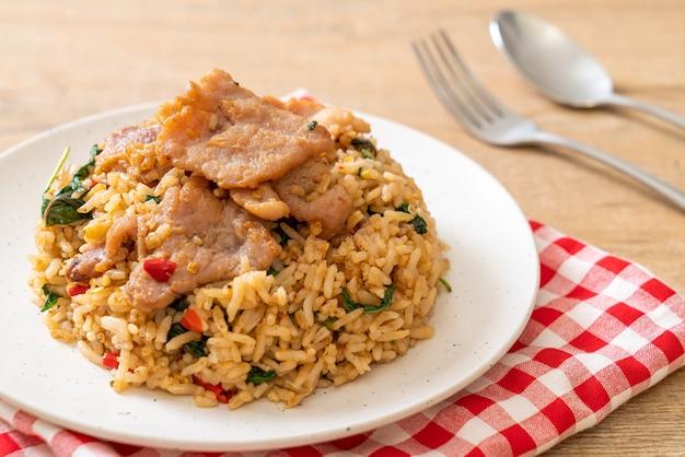 Riso fritto con basilico tailandese e maiale - stile di cibo tailandese