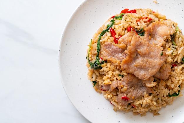 Riso fritto con basilico tailandese e maiale