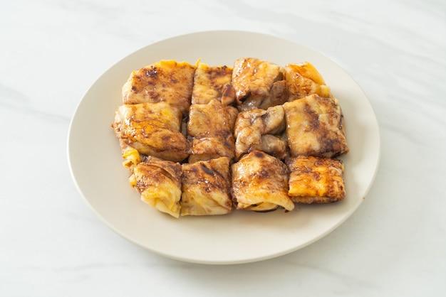 Roti fritti con uovo, banana e cioccolato