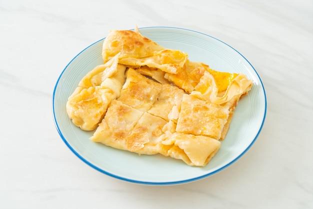 Roti fritti con uova e latte condensato zuccherato