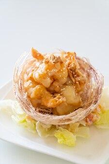 Gamberi fritti con insalata e cesto di taro fritto sormontato da crema di insalata e maionese