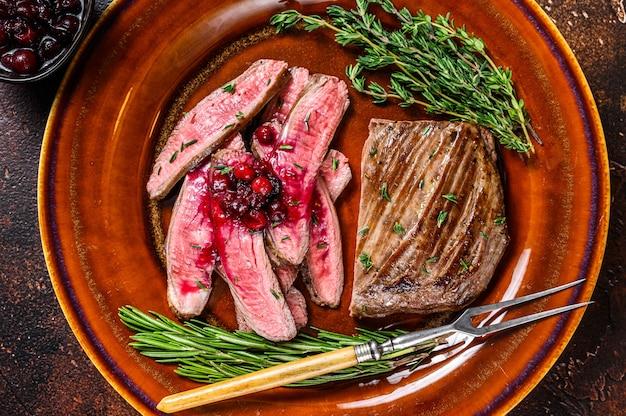 Fianco affettato fritto o bistecca di manzo bavette su un piatto