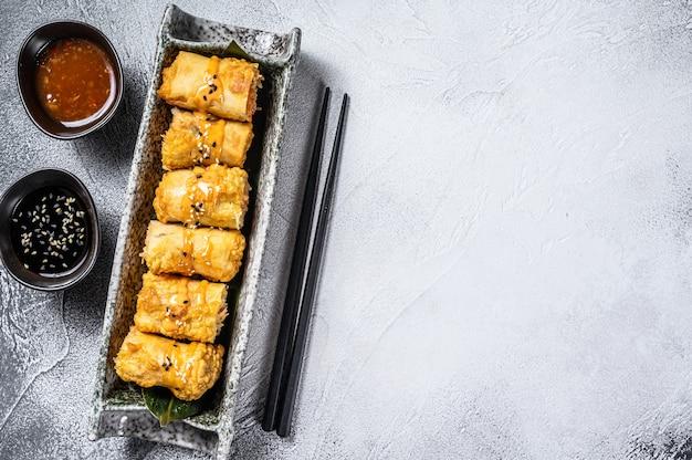 Involtini primavera fritti. sfondo bianco. cucina tradizionale cinese. vista dall'alto. copia spazio
