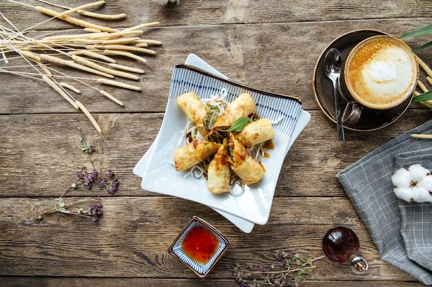 Involtini primavera fritti con peperoncino dolce di verdure