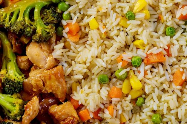 Pollo fritto agrodolce con riso al vapore. avvicinamento.