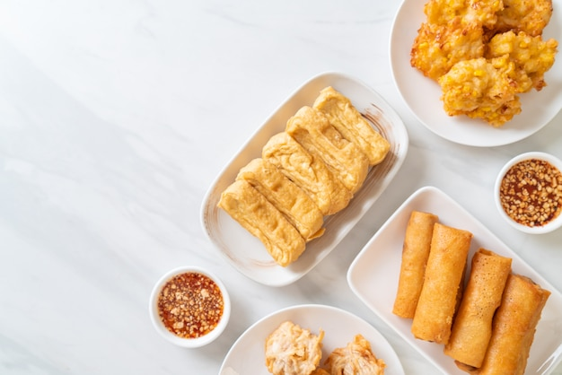 Taro fritto, mais, tofu e involtino primavera con salsa - stile vegano e vegetariano