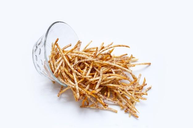 Bastoncini di taro fritti su sfondo bianco.