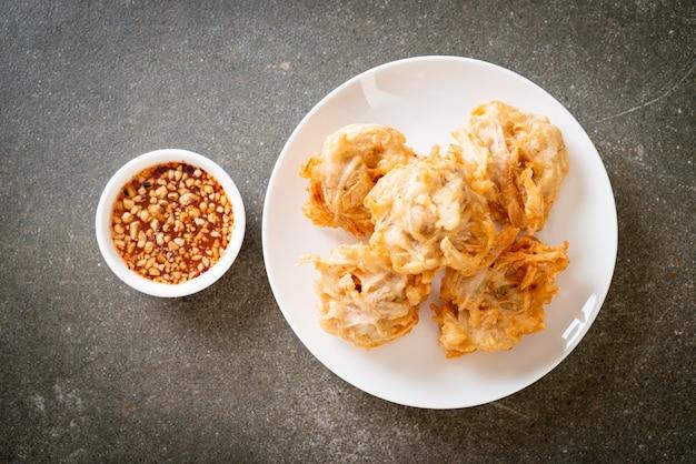 Taro fritto con salsa - stile alimentare vegano e vegetariano