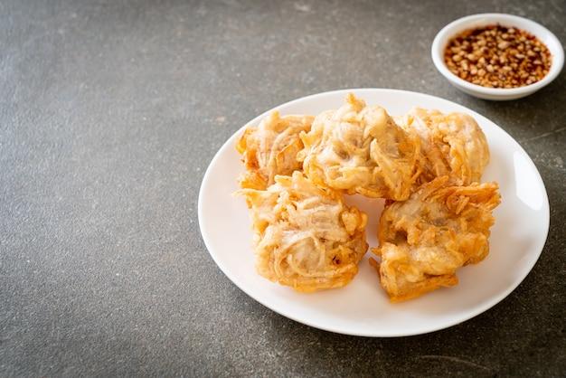 Taro fritto con salsa. stile di cibo vegano e vegetariano