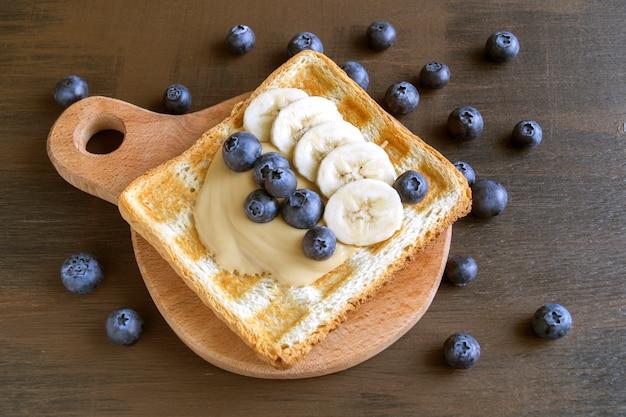 Pane tostato fritto con burro di arachidi e frutti di bosco.