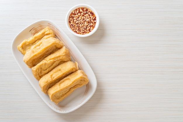 Tofu fritto con salsa. stile di cibo vegano e vegetariano