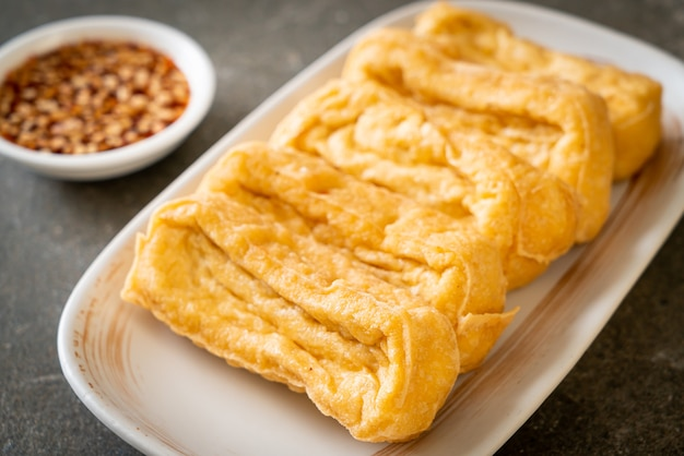Tofu fritto con salsa - stile vegano e vegetariano