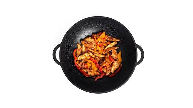 Verdure fritte con pollo. un mix di filetto di pollo e verdure per noodles wok isolati