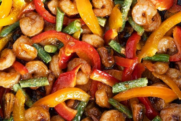 Verdure fritte con frutti di mare. un mix di frutti di mare e verdure per i noodles wok.