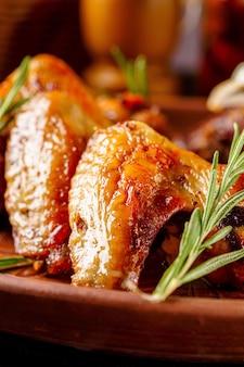 Ali fritte e costolette di agnello su un piatto
