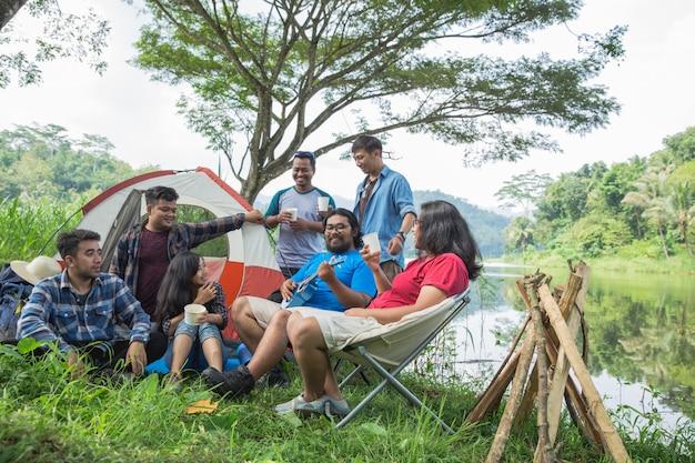 Amico godendo le vacanze in campeggio
