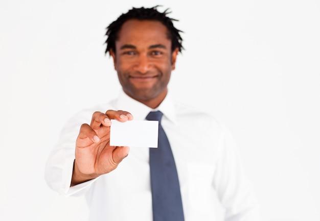 Amichevole uomo d'affari afro-americana, mostrando la sua carta