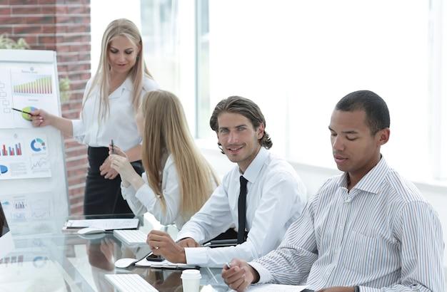 Squadra amichevole di affari che ha riunione in ufficio