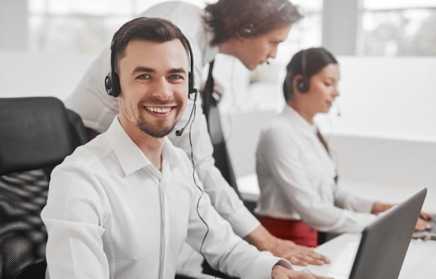 Operatore di call center amichevole vicino ai colleghi