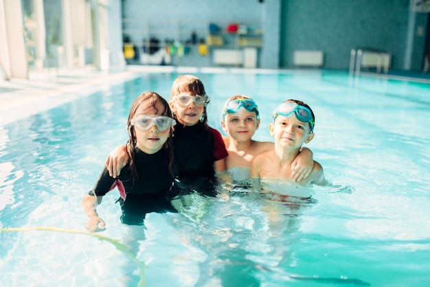 Bambini amichevoli con occhialini da nuoto.