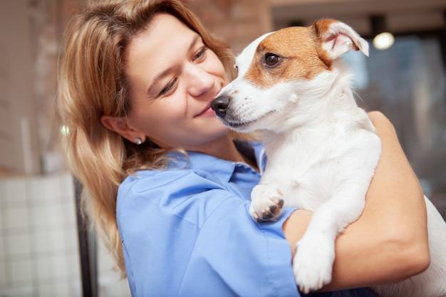 Un'amichevole veterinaria che lavora nella sua clinica