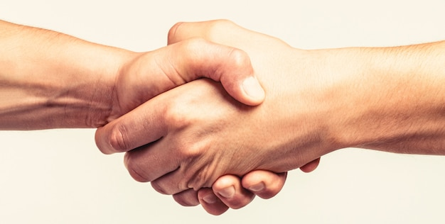 Stretta di mano amichevole, saluto degli amici, lavoro di squadra, amicizia. avvicinamento. soccorso, gesto d'aiuto o mani. tenuta forte. due mani, mano amica di un amico.