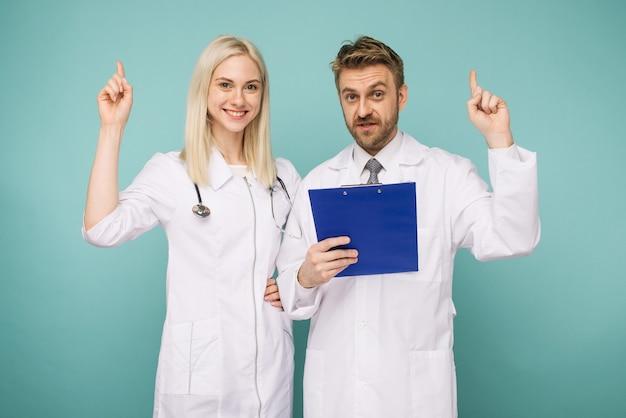 Amichevoli medici maschi e femmine. felice team medico di medici.