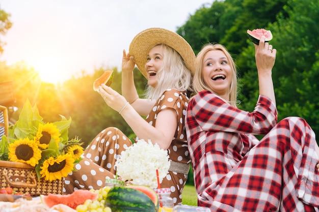 Gli amici stanno facendo picnic all'aperto