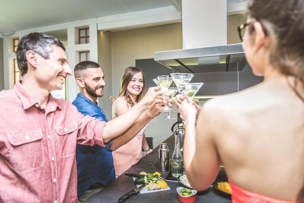 Amici che festeggiano a casa