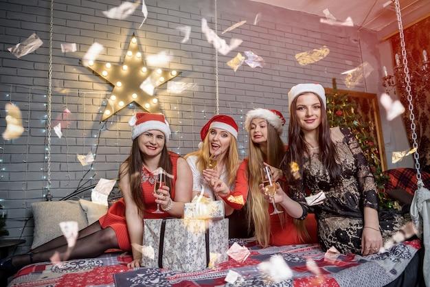 Amici che festeggiano il nuovo anno con scintillii che cadono