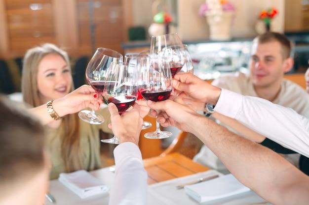 Gli amici bevono vino sulla terrazza del ristorante.