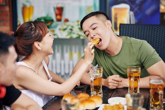 Amici che mangiano cibo nella caffetteria