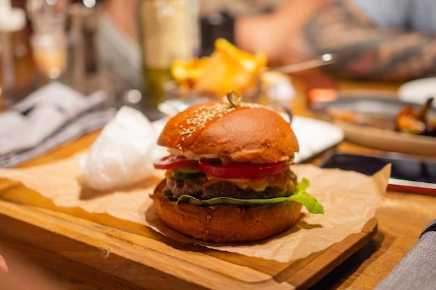 Amici che si divertono insieme nel delizioso gusto degli hamburger.