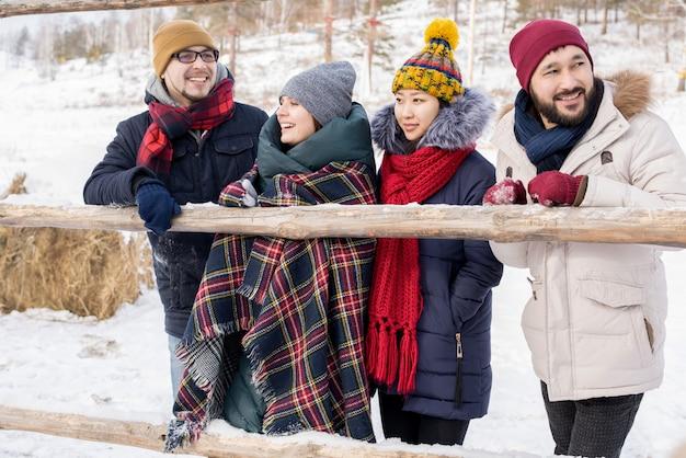Amici godendo il viaggio invernale