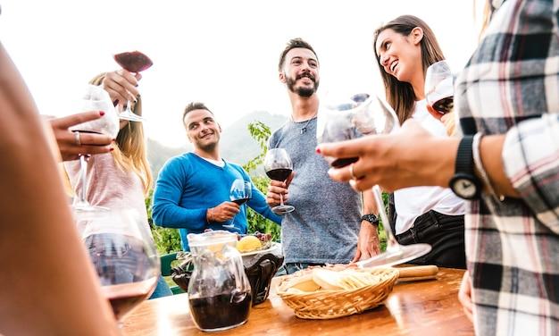 Gruppo di amici che si divertono insieme alla festa in giardino